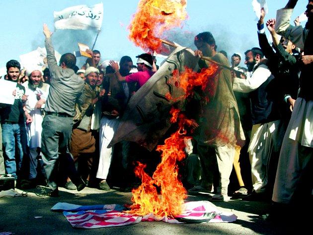 Kontroverzní film o proroku Mohamedovi rozpoutal protesty Afghánců. Na snímku pálí americkou vlajku.