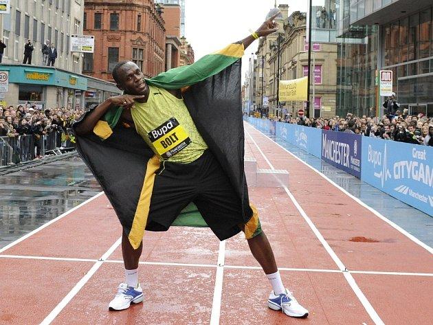 Světový rekordman Usain Bolt slaví vítězství ve sprintu na 150 metrů v rámci Manchester city games.