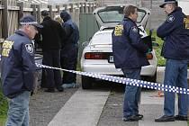 Policisté při zásahu na předměstí Melbourne.