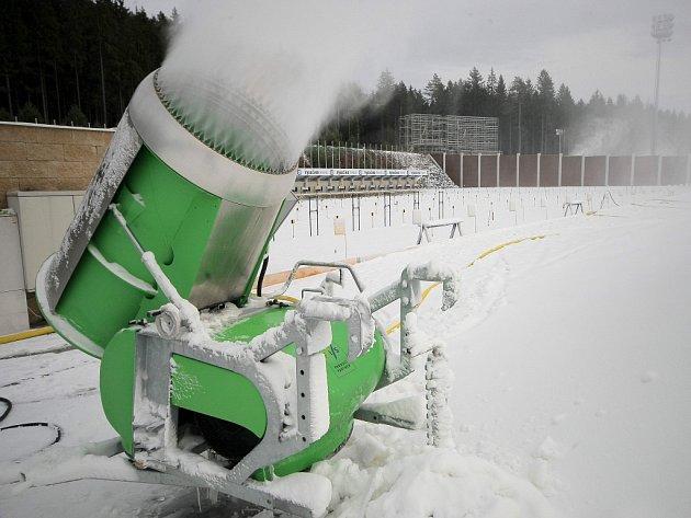 V Novém Městě na Moravě už se vše chystá na Světový pohár v biatlonu. Ve Vysočina areně jedou naplno sněhová děla.