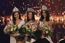 Zleva Miss Universe Slovenské republiky 2019 Laura Longauerová, Česko-Slovenská Miss 2019 Klára Vavrušková a Česká Miss 2019 Barbora Hodačová