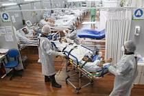 Provizorní nemocnice pro pacienty s nemocí covid-19 vybudovaná v tělocvičně na okraji brazilského města Sao Paulo, 4. března 2021
