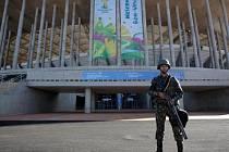 U fotbalových stadionů hlídkují vojáci.