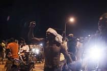 Lidé demonstrovali před prezidentským palácem poté, co byl zatčen prezident s premiérem.