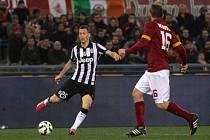 Stephan Lichtsteiner z Juventusu (vlevo) proti AS Řím.