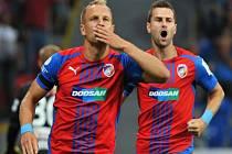 Plzeňská radost. Daniel Kolář (vlevo) slaví s Radimem Řezníkem gól proti Jablonci.