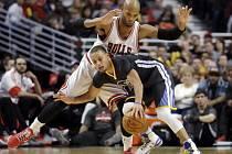 Stephen Curry (30) z týmu Golden State Warriors uniká Taj Gibsonovi (22) z Chicaga.