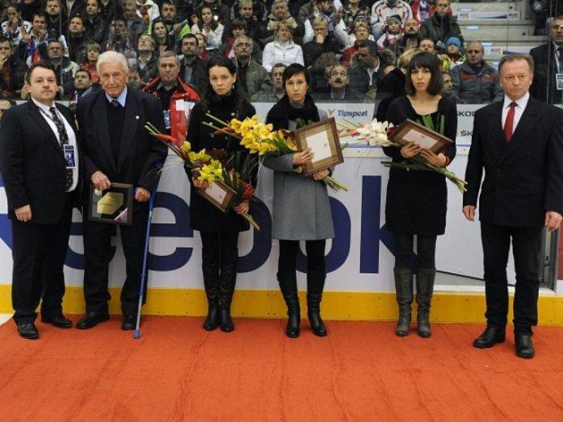 Bývalý hokejový útočník Miroslav Kluc (druhý zleva) vedle prezidenta ČSHL Tomáše Krále při uvedení do Síně slávy.