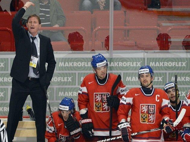 Trenér Alois Hadamczik (vlevo) burcuje české hokejisty na mistrovství světa.