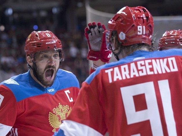 Hokejisté Ruska Alexander Ovečkin (vlevo) a Vladimir Tarasenko se radují z gólu proti Finsku.