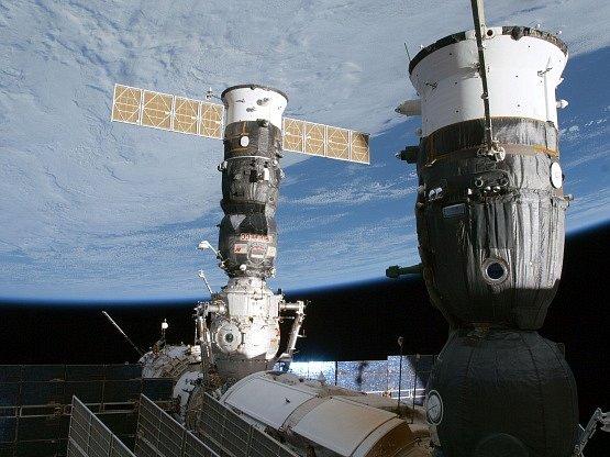 Ruské lodě Sojuz a Progress zaparkované u Mezinárodní vesmírné stanice.