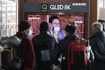 Lidé s rouškami sledují televizní zpravodajství na vlakovém nádraží v jihokorejském Soulu 2. února 2020