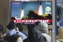 Lidé na nádraží v jihokorejském Soulu 4. května 2019 sledovali v televizi archivní záběry na rakety, které odpálila KLDR.