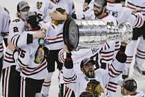 Michal Rozsíval (s trofejí) v euforii. S Chicagem vybojoval slavný Stanley Cup.