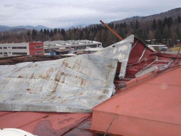 Silný vítr utrhl část plechové střechy v průmyslovém objektu v Jeseníku.