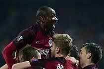 Útočník Sparty Kehinde Fatai se raduje z gólu, který dal obránce Jakub Brabec.