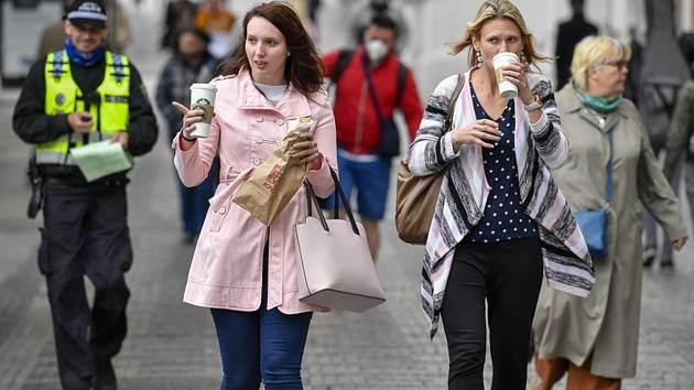 Lidé procházejí 25. května 2020 na Václavském náměstí v Praze. Od téhož dne už nemusejí za určitých podmínek nosit venku roušky na ochranu proti koronaviru. Podle rozhodnutí vlády zůstává zakrytí úst a nosu povinné pro vnitřní prostory, prostředky veřejné