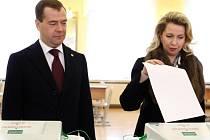 Dmitrij Medveděv se ženou Světlanou u voleb v Moskvě