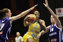 Basketbalistka DeLisha Miltonová Jonesová (uprostřed) z USK se prosazuje mezi hráčkami Tarbesu.