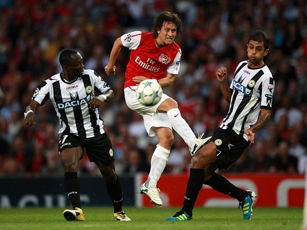 Tomáš Rosický z Arsenalu (uprostřed) pálí v duelu s Udine.