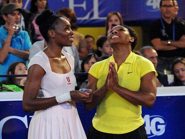 Venus Williamsová (vlevo) a její sestra Serena během exhibičního zápasu.