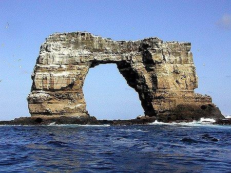 Jen před několika dny se zřítil další ze známých oblouků, Darwinův na Galapágách. Zůstaly po něm pouze dva sloupy.