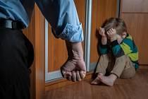 Domácí násilí zažívají v Česku tisíce dětí