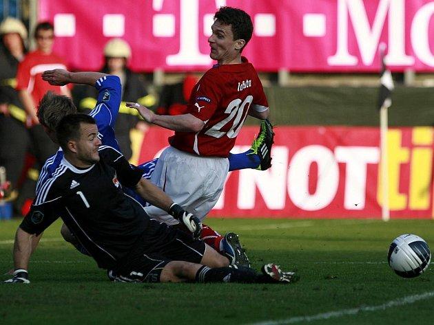 Útočník české reprezentace David Lafata (v červeném) v šanci před Peterem Jehlem.
