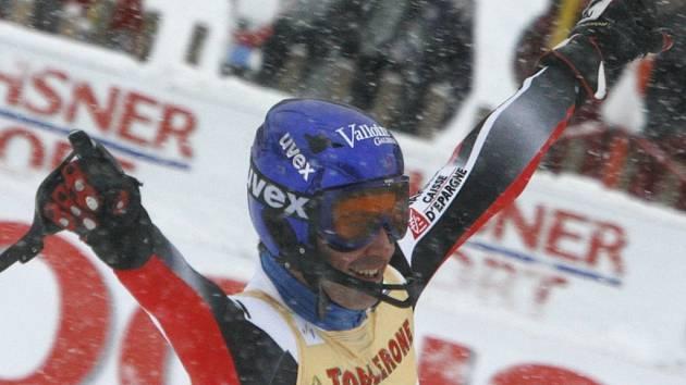 Francouz Jean-Baptiste Grange slaví své vítězství v pátem slalomu sezony ve švýcarském Wengenu.