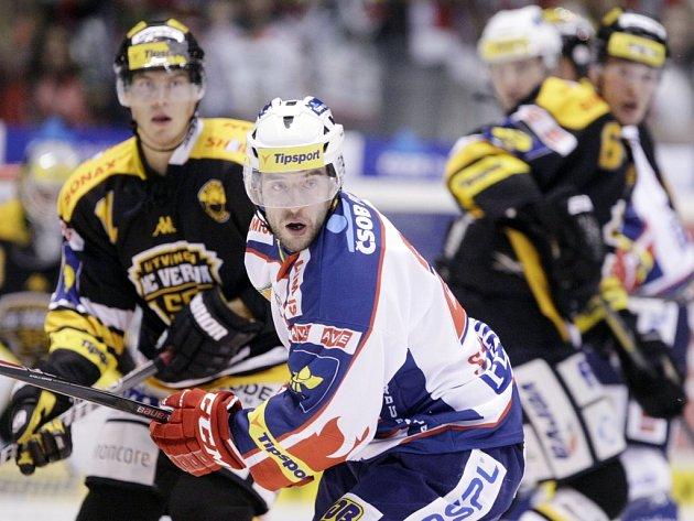 Hokejisté Pardubic (v bílém) proti Litvínovu.