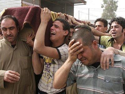 Iráčané pohřbívají oběť atentátu. Ilustrační foto