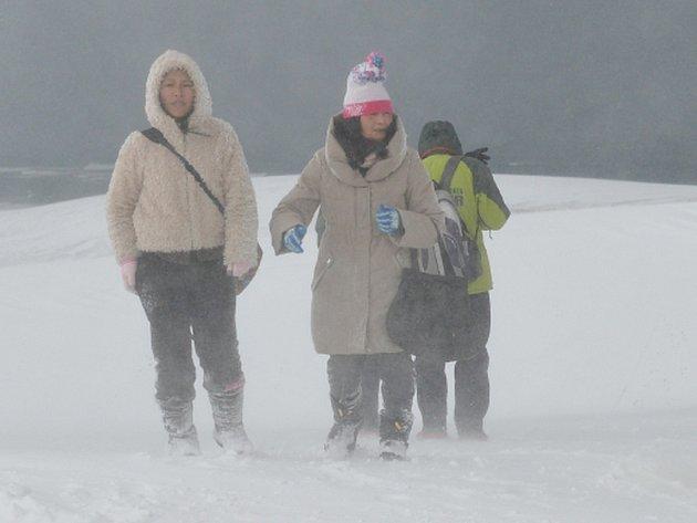 Nejméně pět lidských životů a více než 100 zraněných si dnes v Japonsku vyžádal nenadálý pokles teplot a husté sněžení.