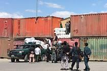 Někteří z účastníků dnešního protestu házeli kameny a pokoušeli se vyšplhat na kontejnery, kterými byly kábulské ulice zablokovány.