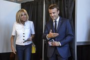 Prezident Emmanuel Macron s manželkou Brigitte odvolil dnes v Le Touquet na severu Francie.