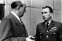 Ministr zahraničí Jan Masaryk (vlevo) v rozhovoru s Karlem Kuttelwascherem, nejlepším čs. stíhacím pilotem za 2.světové války.
