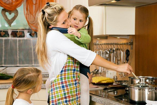Za umístění dítěte v předškolním zařízení můžete využít slevu na dani z příjmu fyzických osob. V případě, že pobíráte dávky hmotné nouze, nemusíte platit měsíční platby za mateřskou školku.