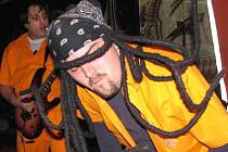 Zpěvák Toxic People Býdža (vpředu) a kytarista Benji.