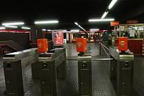 V Miláně byl dnes kvůli nálezu podezřelého balíčku krátce přerušen provoz dvou linek metra a jedna z nejrušnějších stanic byla evakuována. Ilustrační foto.
