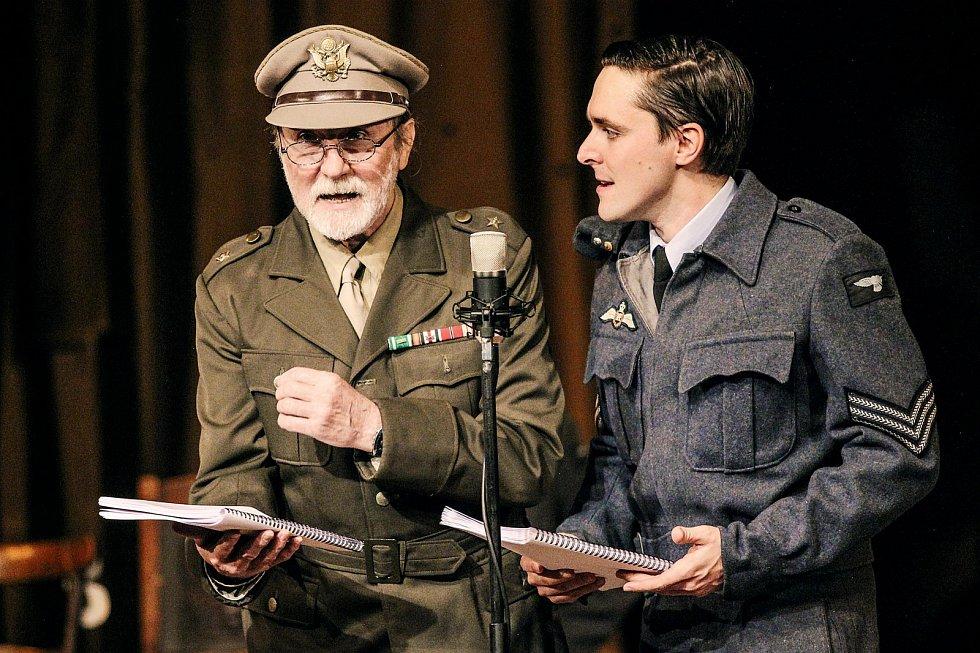 Karel Heřmánek ml. aPetr Pospíchal voriginálním nastudování shakespearovské komedie Mnoho povyku pro nic, která se odehrává vAnglii za druhé světové války.