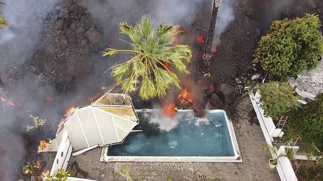 Horká láva přitéká do bazénu na španělském ostrově La Palma po erupci sopky Cumbre Vieja.