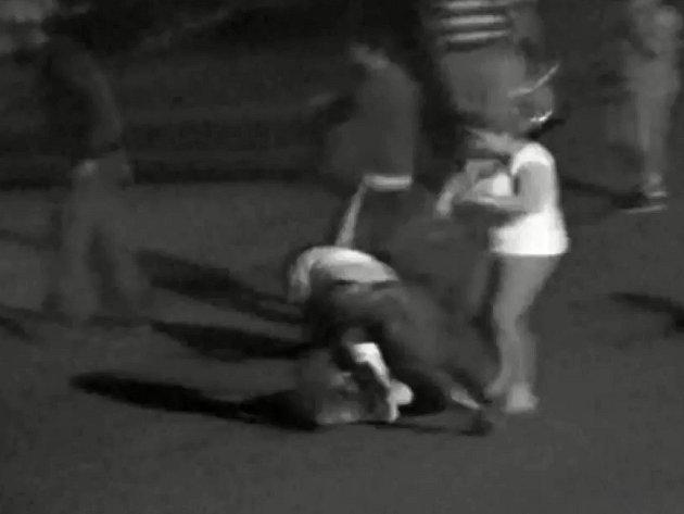 Agresivní útok na manželský pár v Duchcově.