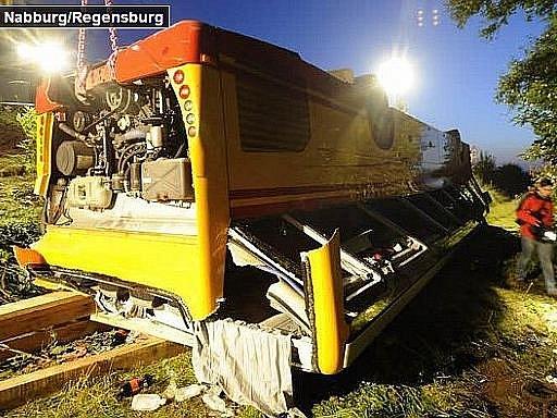 Při nehodě českého autobusu v Bavorsku zemřel ve středu časně ráno jeden Čech. Více než dvě desítky pasažérů byly zraněny, z toho dva těžce.