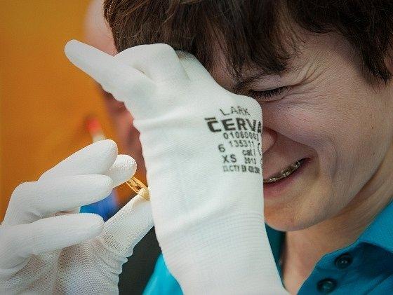 Martina Sáblíková během ražby mince