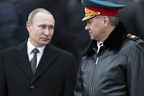 Vladimir Putin a ministr obrany Sergej Šojgu.
