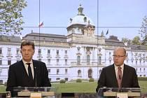 Předseda vlády Bohuslav Sobotka (vpravo) a litevský premiér Algirdas Butkevičius (vlevo) vystoupili 24. května v Praze na tiskové konferenci.
