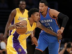 Nick Young z Lakers (ve žlutém) a Andre Roberson z Oklahomy.