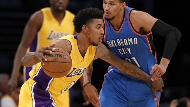 Nick Young z Lakers (ve žlutém) a Andre Roberson z Oklahomy.