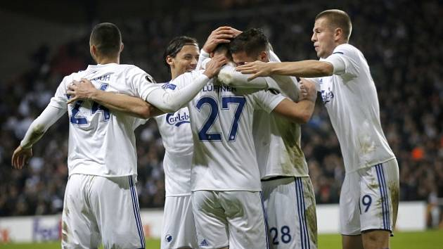 Fotbalisté Kodaně se radují z gólu.