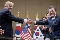 Donald Trump s jihokorejským prezidentem Munem Če-inem