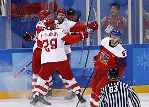 Ruští hokejisté se radují z gólu proti České republice.
